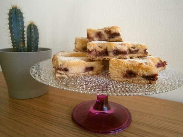 Brownie De Chocolate Branco Com Morangos